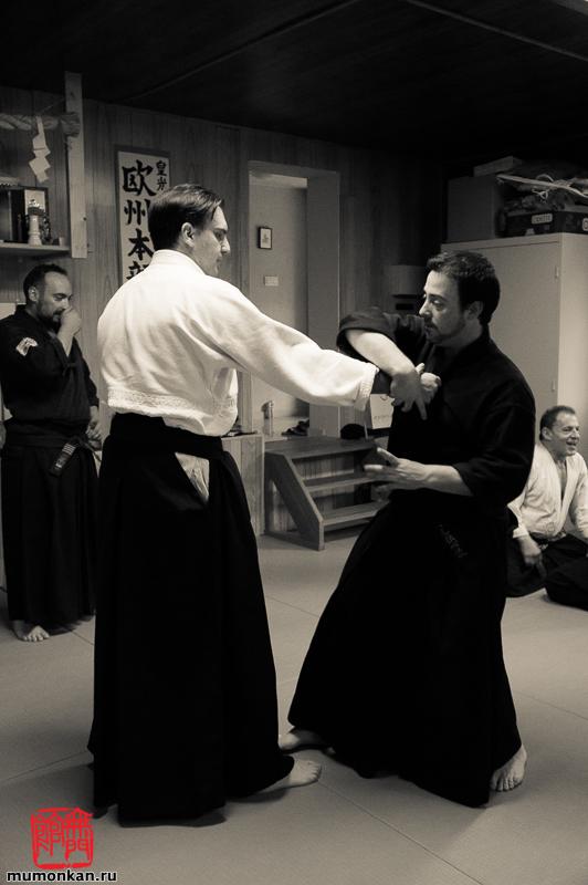 Виченто выполняет технику удэ осаэ дори на Даниэле, на заднем плане Альберто и Ф.Шектор